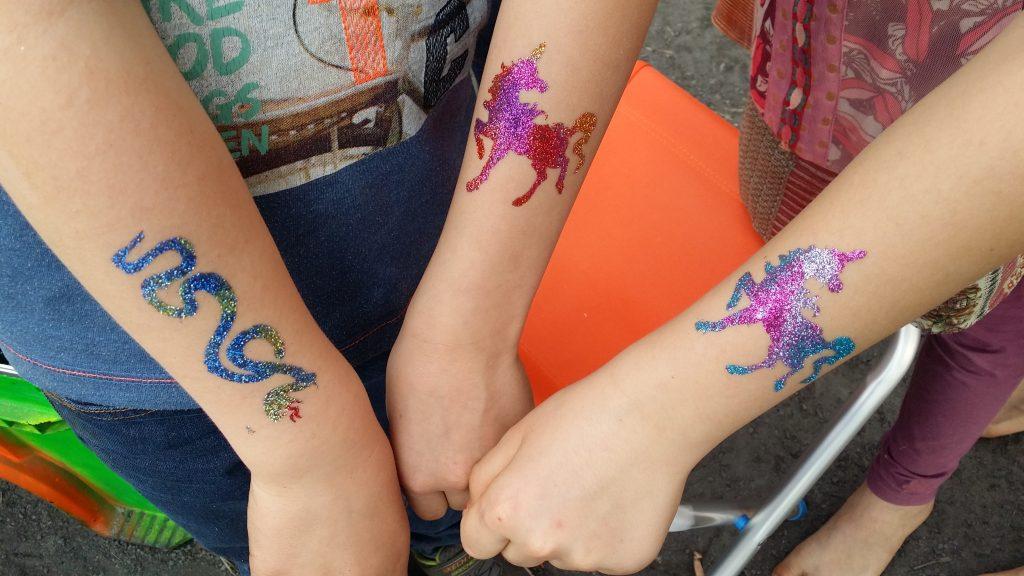 Alle Kinder zeigen stolz ihre Tattoos
