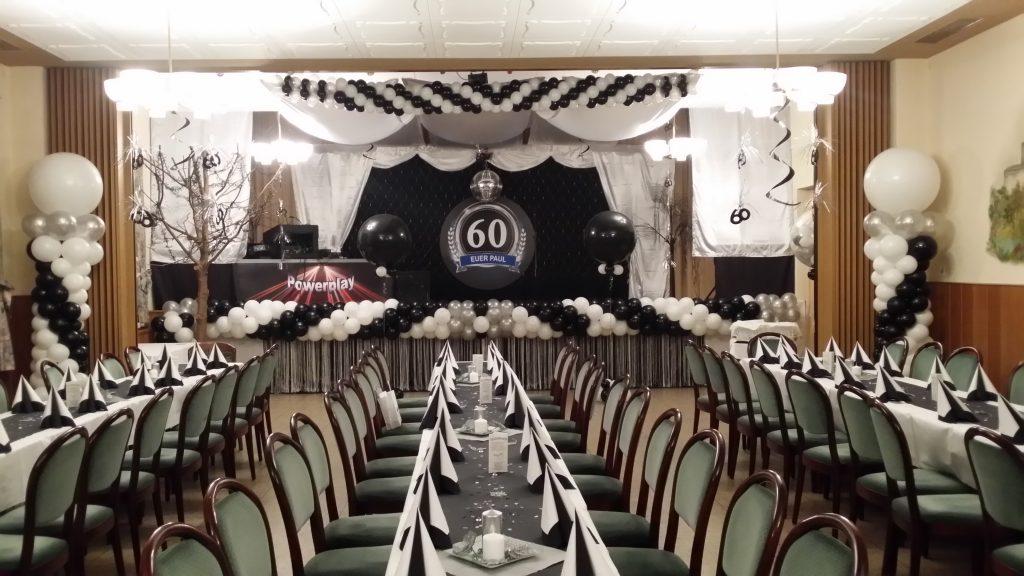 Der Saal wurde mit Schwarzen und mit Weißen Ballons dekoriert