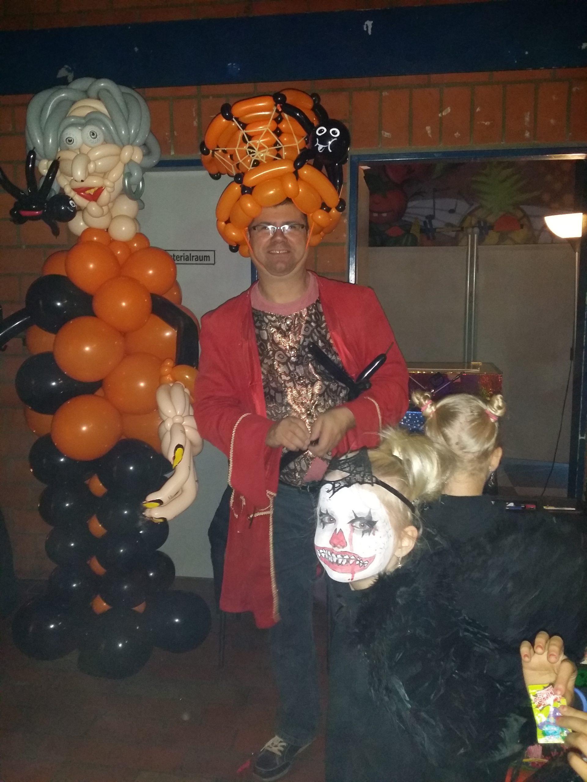 Im Hintergrund steht ein Monster aus Ballons zu Halloween