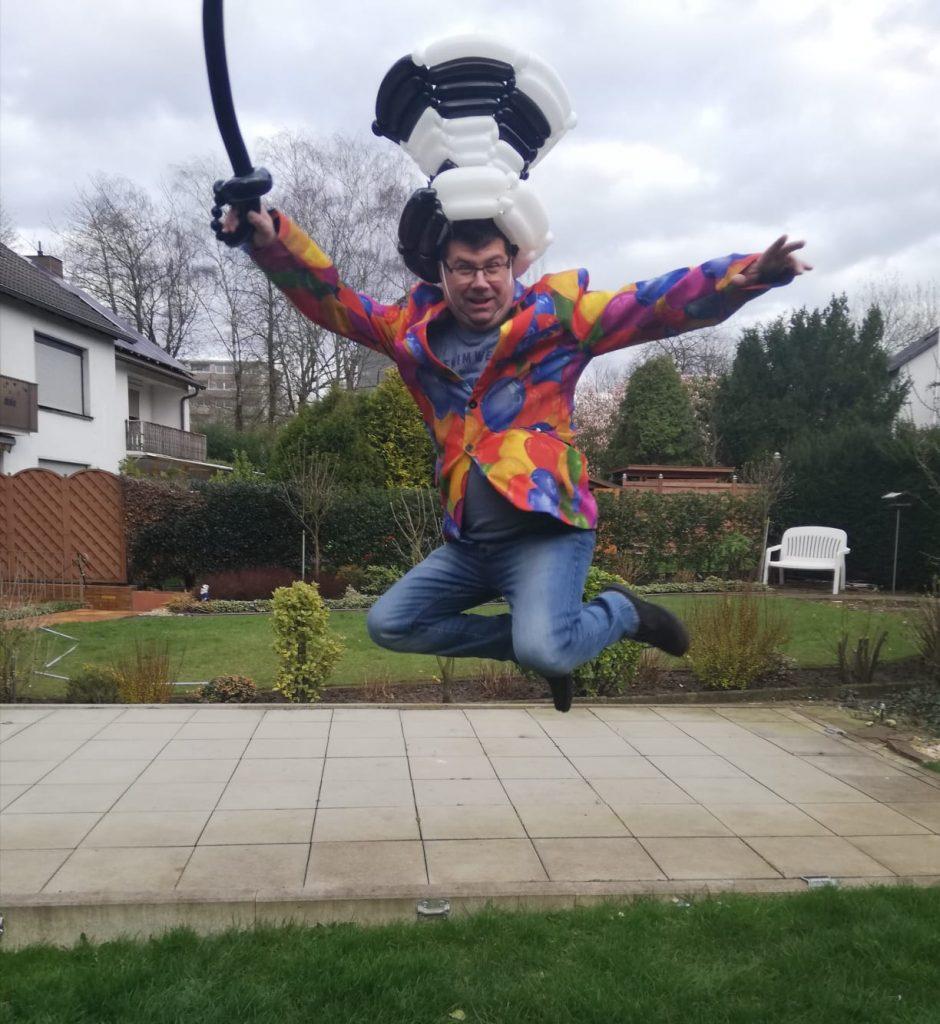 Ballon-verdreher Stefan spingt in die Luft