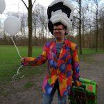 Ballon-verdreher Stefan mit seiner Ballonkiste