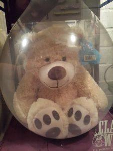 Großer Geschenkballon mit einem Teddy