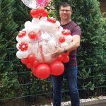 Ballon-Verdreher Stefan mit einem Geschenkballon